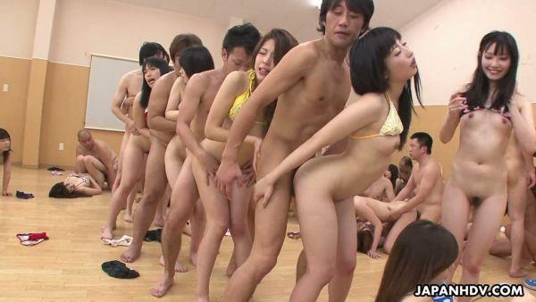 Chicas japonesas obtener sus bocas y coños peludos llenos de cum durante loca orgía