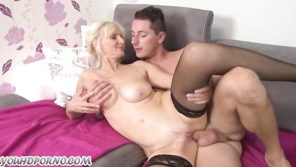 Chico borracho se folla a su sexy de la abuelita