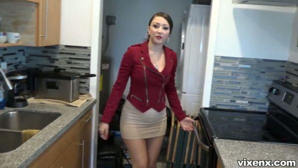 Chico se folla a mamás Latinas agente de bienes raíces Alexis Rodríguez por dinero en efectivo