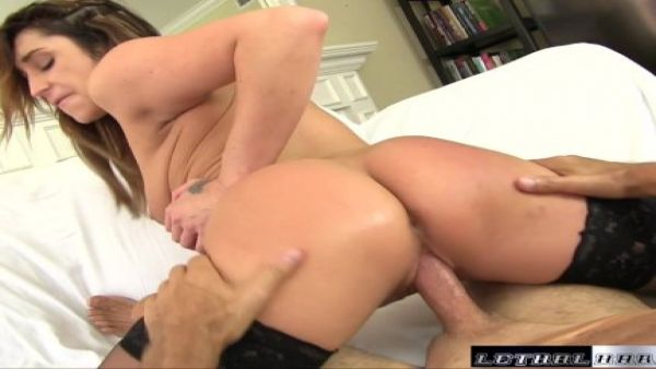 Christina tiene una buena follar y tragar la grasa de la carga después de un masaje profundo