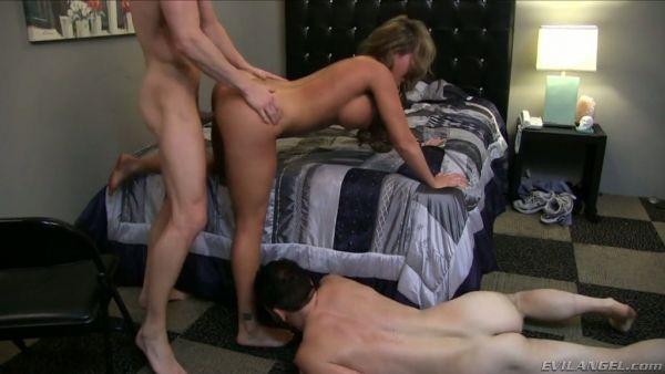 Cornudo lame Richelle Ryan pies mientras ella se la follan por amante