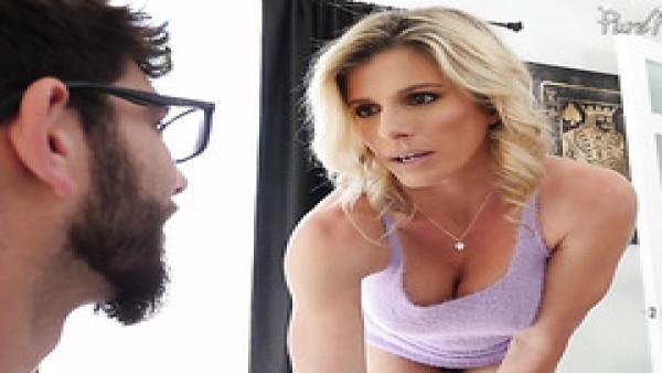 Cory Chase, la mamá caliente de la novia, enseña a un semental a follar a una chica por el culo!