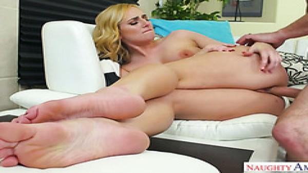 Creampie para la rubia con curvas Kate England después de una follada caliente