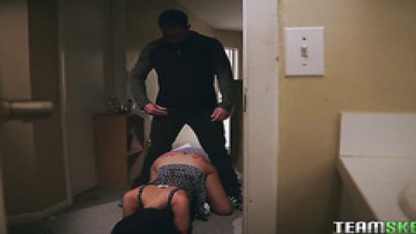 Curvas ama de casa Gia Paige se folla al vecino mientras el marido está en el trabajo
