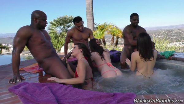 Curvas blancas chicas Chanel, Keisha y Valentina vs tres grandes pollas negras