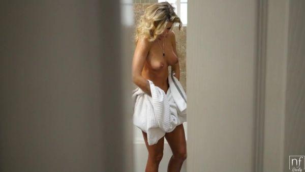 Curvas de babe Jessa Rhodes ha inesperado sexo después de la ducha - POV