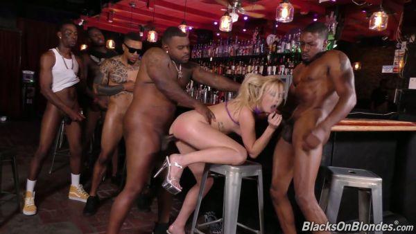 Día de verano se presenta DPed durante interracial gangbang en un bar