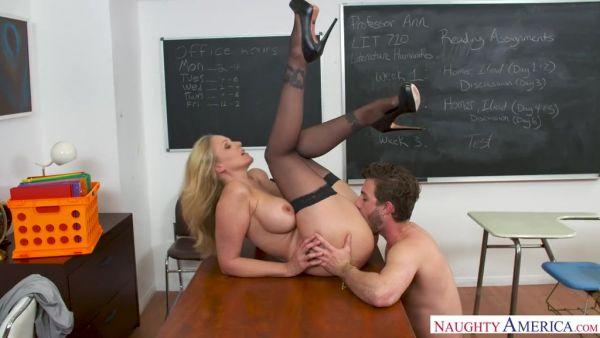De espesor maestra Julia Ann es porked por buen estudiante en el escritorio