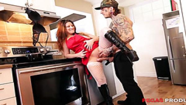 De espesor pelirroja ama de casa es poder follada a chorros en la cocina