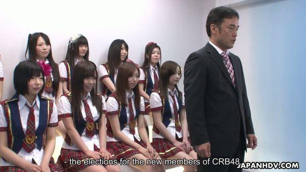Diez Japonés de la universidad de las niñas muestran tetas y conseguir su coño lamió