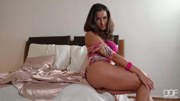 Diva sexual rumana con tetas DD celestiales Sensual Jane en impresionante masturbación en solitario