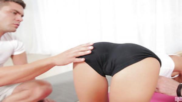 Doble penetración no estaba en el plan de Lola Reve de la sesión de ejercicios de yoga