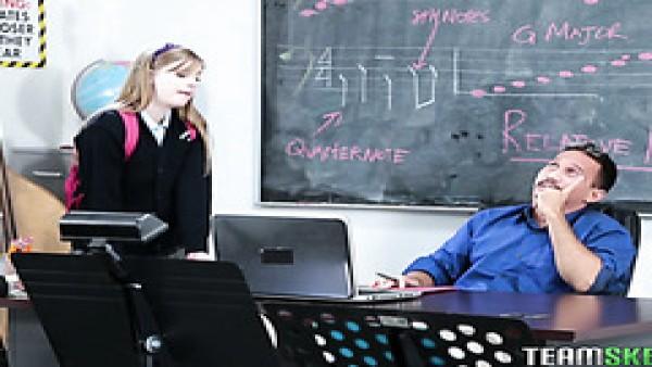 Dolly Leigh se folla a su profesor de música para aprobar el curso