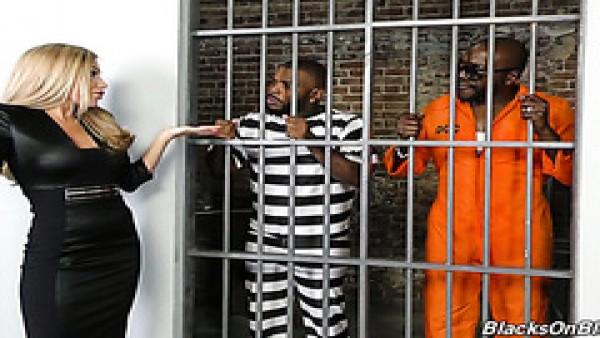 Dos encarcelados aplastan a la rusa Subil Arch en una celda de la prisión