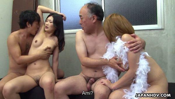 Dos hermosas chicas Japonesas de intercambio de maridos y disfrutar de la nueva experiencia