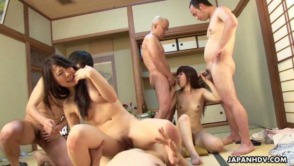 Dos Japonesas putas recibió un golpe por cuatro tíos
