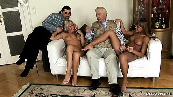 Dos prostitutas rubias consentidas montan pollas duras de sementales cachondos durante una orgía de sexo grupal