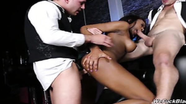 Ébano Nadia Jay obtiene gangbang por blanco tíos en un club nocturno