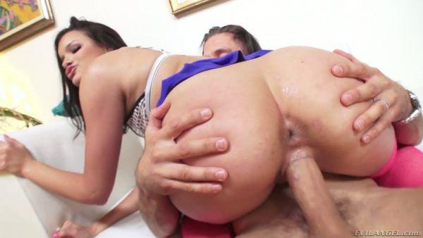 Eden Sinclair le da a su hombre inmenso placer con ambos agujeros de mierda