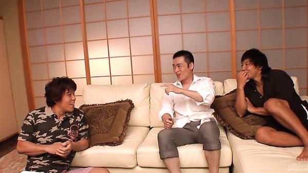 El apretado coño sin afeitar de Aya Saito es follado bien por dos japoneses