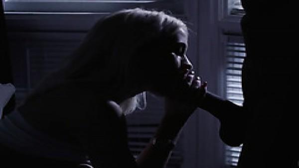 El coño peludo blanco de Khloe Kapri está lleno de BBC a medianoche