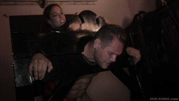 El diabólico Yasmin Scott domina a Nacho con un strapon en un sótano sucio