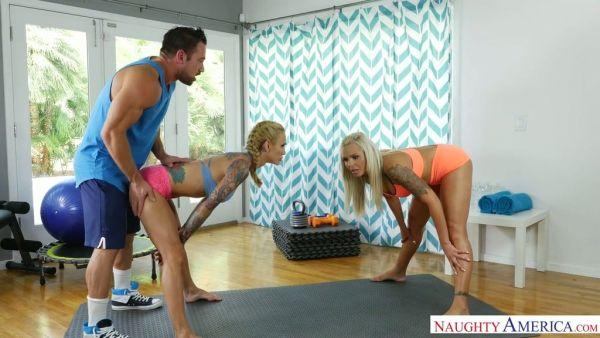 El entrenador de Fitness se folla a dos casado MILF Nina Elle y Sarah Jessie