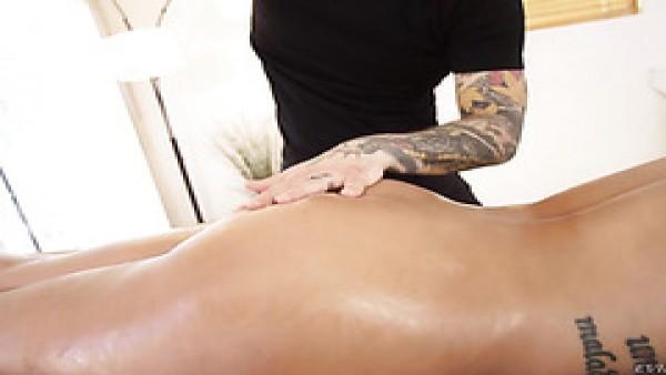 El español sex bomb Bridgette B disfruta profundo masaje anal