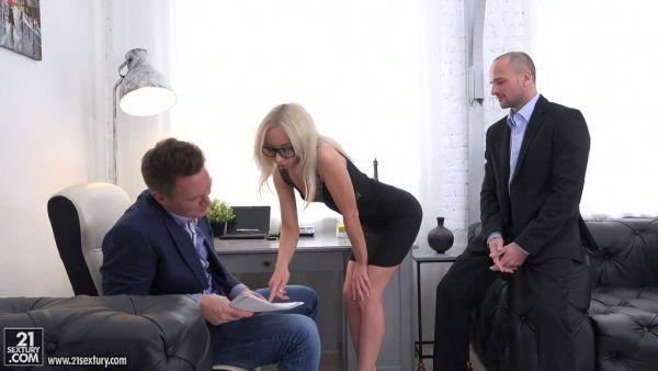 El jefe y su socio de negocios cogida doble petite secretario Bambi Dee
