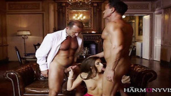 Elegante francés vixen Clea Gaultier hace el amor con dos caballeros en el sofá