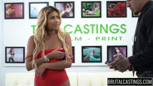 Emocionante Ally Berry lleva a brutales golpes durante un casting