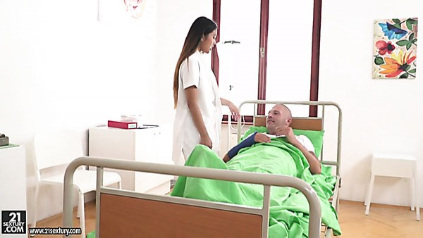 Enfermera asiática lujuriosa Mai Thai se vuelve loca por la doble penetración (FMM)