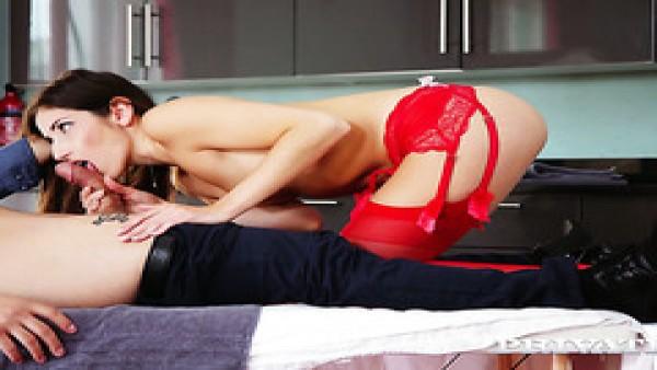 Enfermera en rojo de lencería Clea Gaultier funciona con todos los agujeros