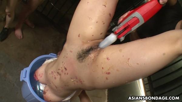 Eri Makino se moja la cara antes de golpearla humillantemente