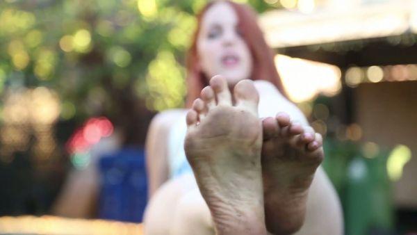 Español chica Amarna Miller muestra sus hermosos pies en un jardín