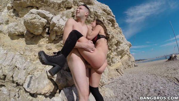 Español gal Julia Roca es la diversión de montar una polla en una playa