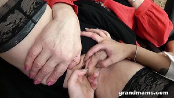 Estricta y voraz puta madura permite a jovencita follar con los dedos su coño mojado