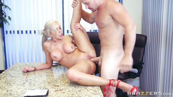 Estricto Tetona jefe Nina Elle explota a sus empleados durante una reunión