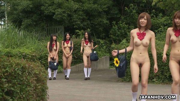 Estudiante japonesa chicas se lamió y acarició a los chorros en orgía