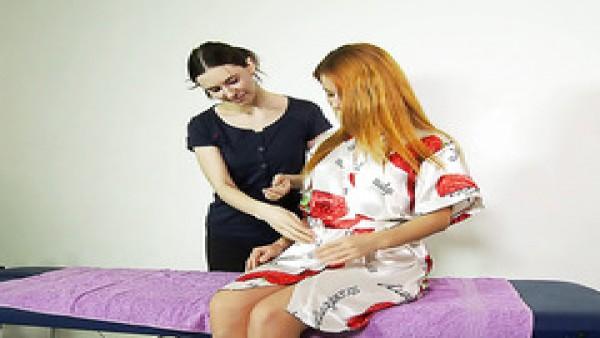Experto masajista trata ruso caliente virgen Roberta Berti con masaje