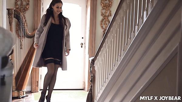 Fabulosa MILF tetona vestida de negro a Anissa Kate le encanta follar de lado