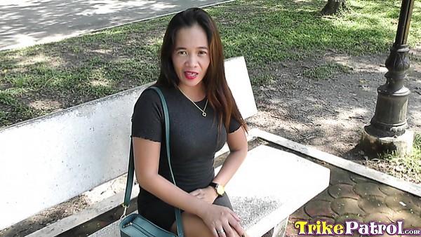 Filipina de tetas pequeñas Teressa es recogida y follada anal a lo perrito