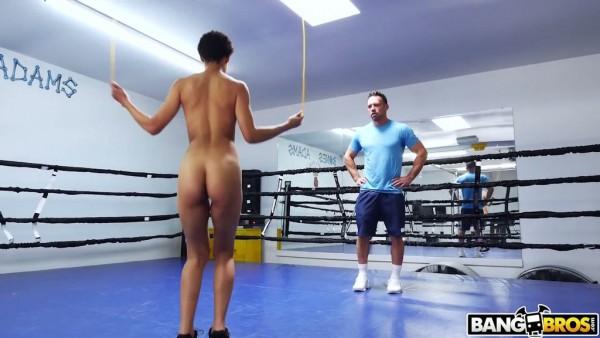 Fit ébano Amethyst Banks se besa con el entrenador de boxeo blanco