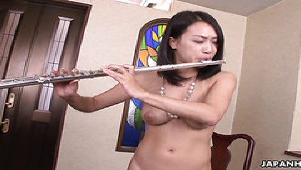 Flautista tetona Yayoi Yanagida eyacula fuertemente