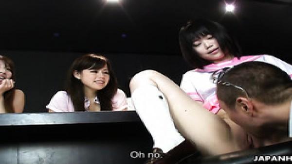 Gangbang inverso en club nocturno con curiosos jovencitas japoneses