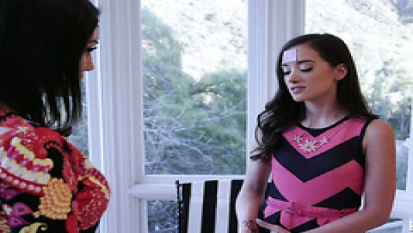 Gia Paige y August Ames trate de sexo lésbico por primera vez y disfrutar mucho