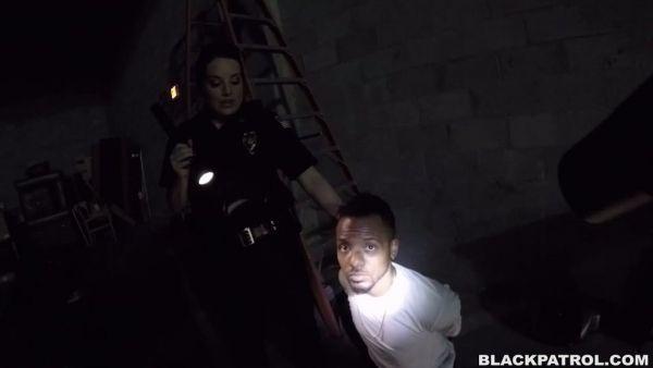 Gran culo de la policía de pollos de mierda negro chico en un almacén y lo dejó ir