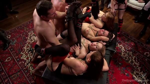 Grupo de putas sumisas atadas folladas en una fiesta salvaje
