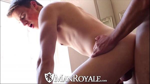 Guy follada en su culo recién afeitado