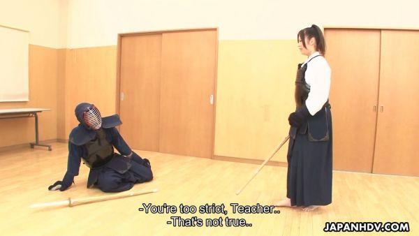 Hembra de kendo sensei Jun Sena es follada por sus discípulos después de la formación